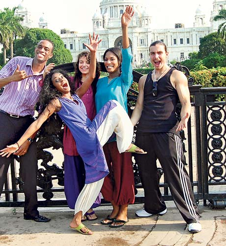 Sean Will, Iheny Nieto, Jasmine Darby, Zak Tomic and Christina Aldridge have fun in front of Victoria Memorial
